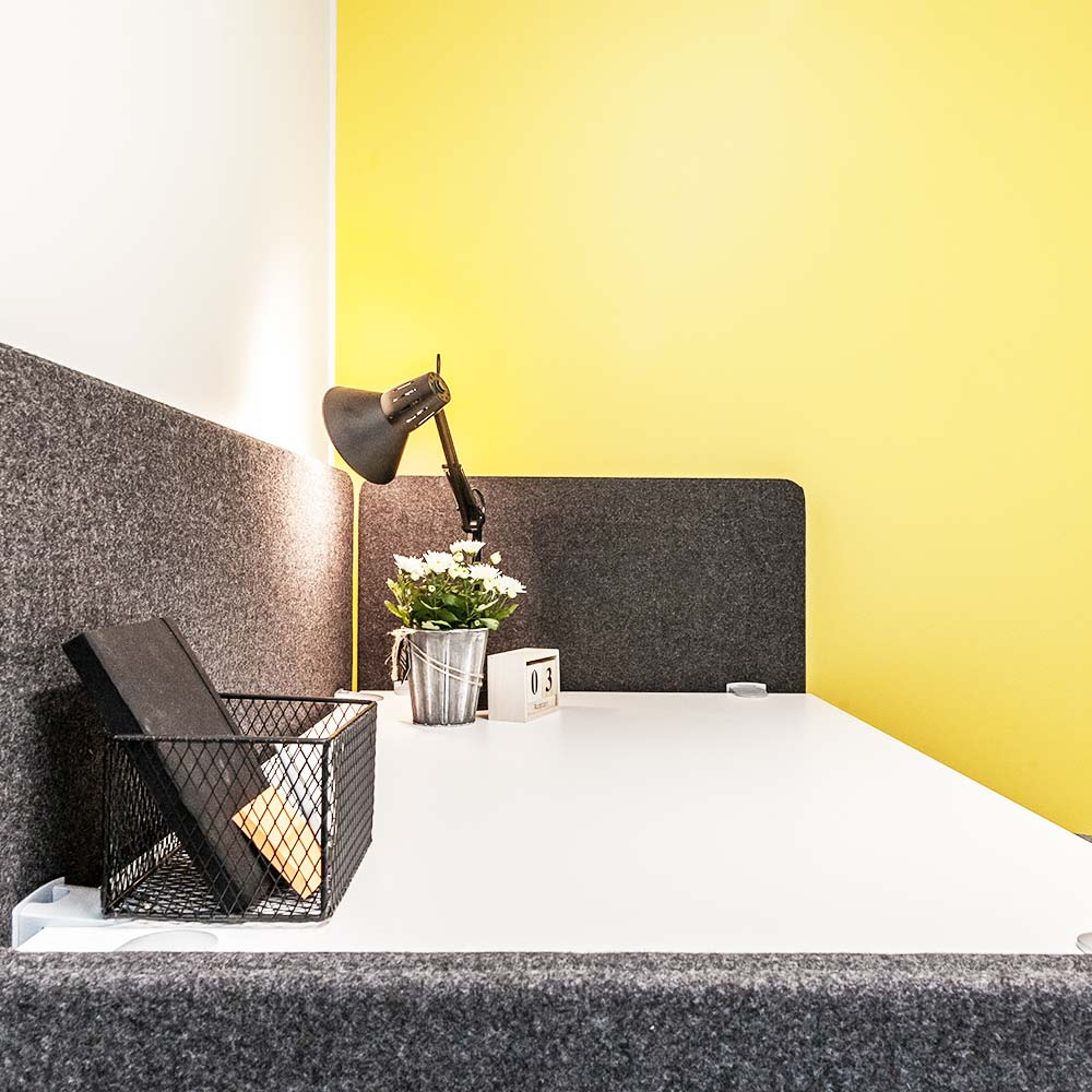 Keltainen-toimisto-poyta